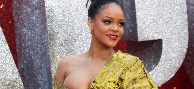 Rihanna is kneeling with Kaep and She Turned Down the NFL Super Bowl Half Time Performance