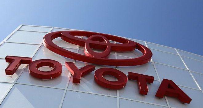 Toyota says weakening yen will help profits