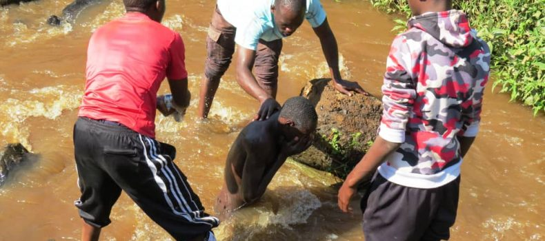 Kabale: dirty samosa Vendor forcefully bathed