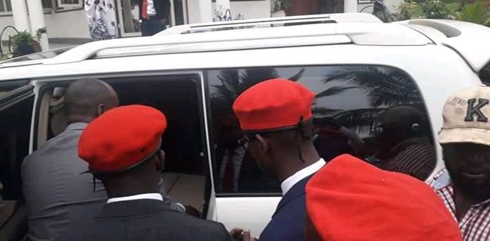 Police blocks Bobi Wine from accessing the venue for his consultative meeting.